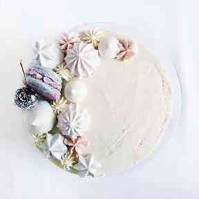Cakes are adorned with vegan macarons, meringues and glitter fruits.