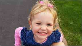 Kelly Clarkson: Two-year-old died from lung cancer.
