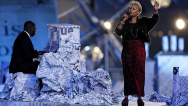 Emeli Sande signs at the Olympic closing ceremony.