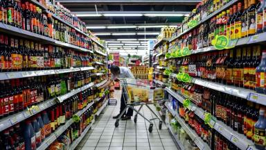 Food waste warnings are to be introduced in some supermarkets.