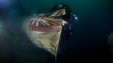 HMS Vanguard: Divers replace White Ensign flag.