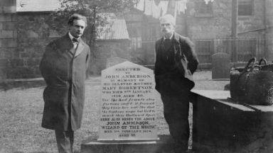 Houdini at the grave of John Anderson.