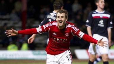 Niall McGinn celebrates putting Aberdeen two goals infront.