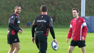 Newcomer: Jamie Borthwick (right) limbers up with Will Helu (left) and Andries Strauss