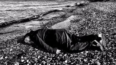 Al Weiwei recreated a famous photo of the drowned toddle