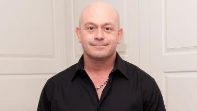 Ross Kemp's visit affected the focus of the Apache crew that crashed according to a report.
