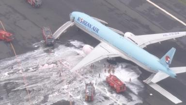The aftermath of a large foaming was seen on the runway at Haneda Airport.