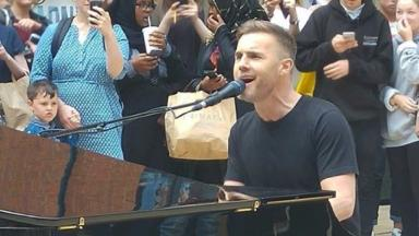 Gary Barlow performed an impromptu gig in a busy shopping centre.