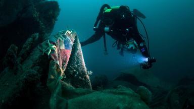 HMS Vanguard: Diver surveys Scapa Flow wreck.