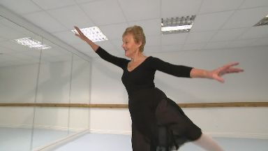 Barbara Peters has become the oldest British woman to pass Grade 7 ballet.