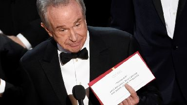 Warren Beatty with the envelope he should have been given, for Moonlight.
