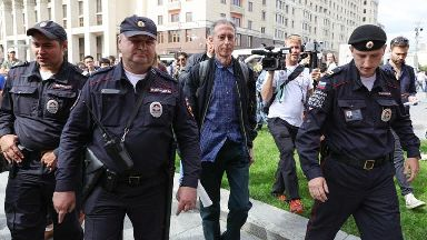 Gay rights campaigner Peter Tatchell released following Moscow demo arrest