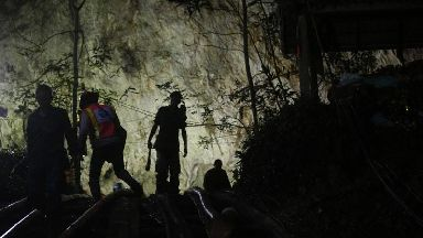 Divers make little progress in Thailand cave search