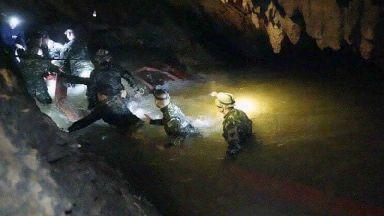 Divers prepare to push forward in Thai cave rescue