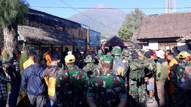Hundreds stranded on Indonesian mountain after earthquake