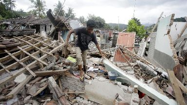 Death toll from earthquake that hit Indonesian island passes 430