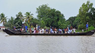 Thousands await rescue amid deadly south Indian floods