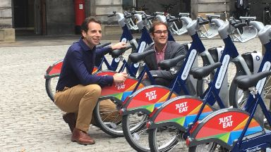 Cllr Adam McVey and cyclist Mark Beaumont